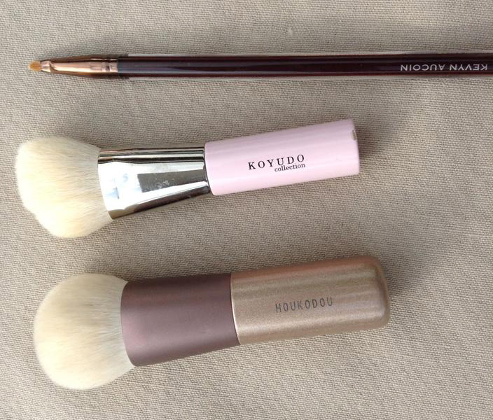 Foundation and pin point concealing brushes